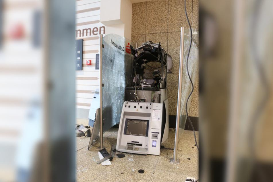 Der Geldautomat wurde durch die Wucht der Explosion zerstört.