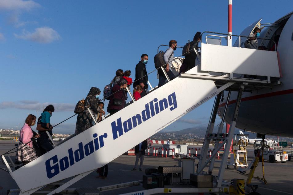Bilder aus dem vergangenen Oktober: Geflüchtete steigen auf dem internationalen Flughafen in Athen in ein Flugzeug nach Deutschland. Später wurden zehn von ihnen nach Thüringen gebracht. In den vergangenen Monaten nahm der Freistaat 177 Migranten auf. (Archivbild)
