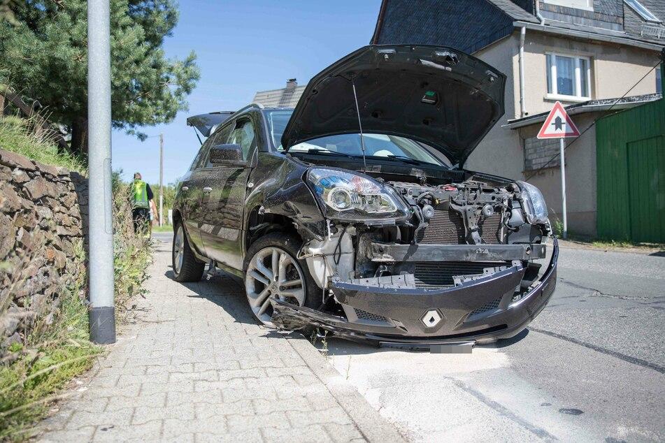 Chemnitz: Renault kracht in Mauer: Zwei Verletzte bei Unfall