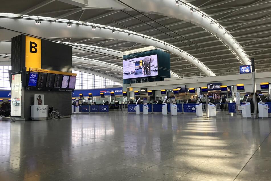 Der Abflugbereich des Terminal 5 im Flughafen Heathrow ist wegen der Corona-Pandemie fast leer.