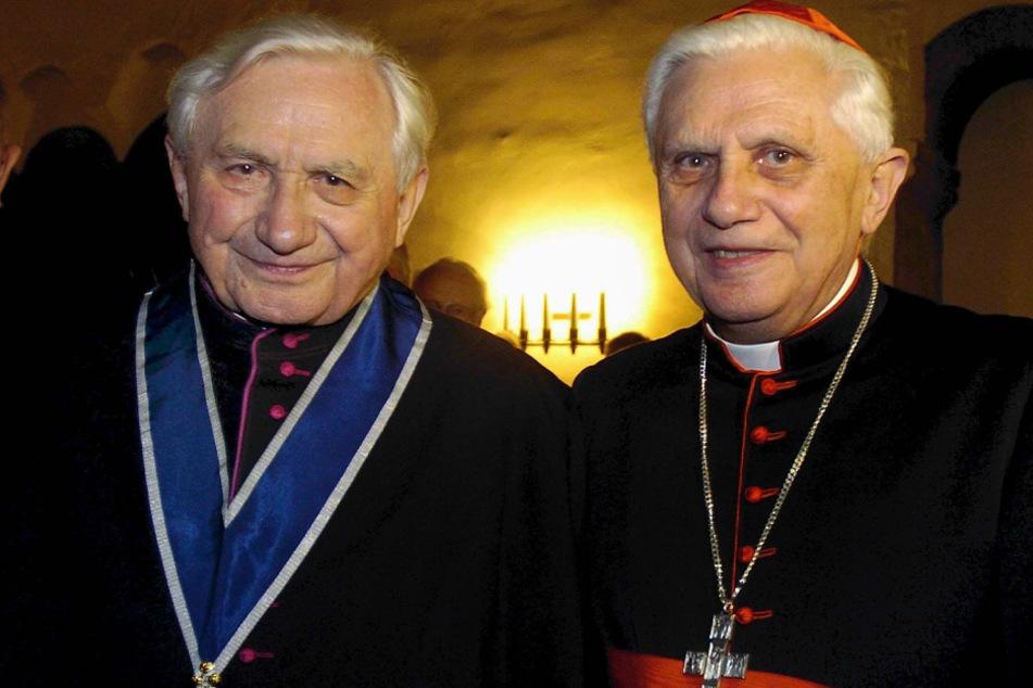 Der ehemalige Papst Benedikt (r) und sein verstorbener Bruder Georg Ratzinger besuchten das Internat in Traunstein. (Archiv)