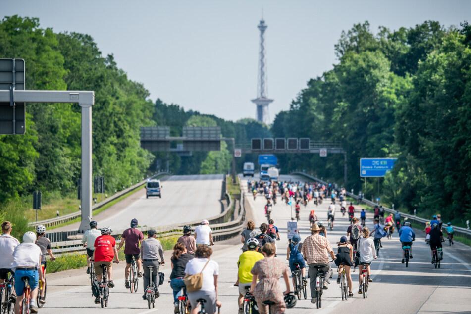 17. Juni, Berlin: Teilnehmer der Fahrraddemo von Extinction Rebellion aus Potsdam für eine schnelle Verkehrswende und die Einrichtung von Fahrradschnellstraßen nach Berlin fahren über die Autobahn AVUS ins Stadtzentrum.