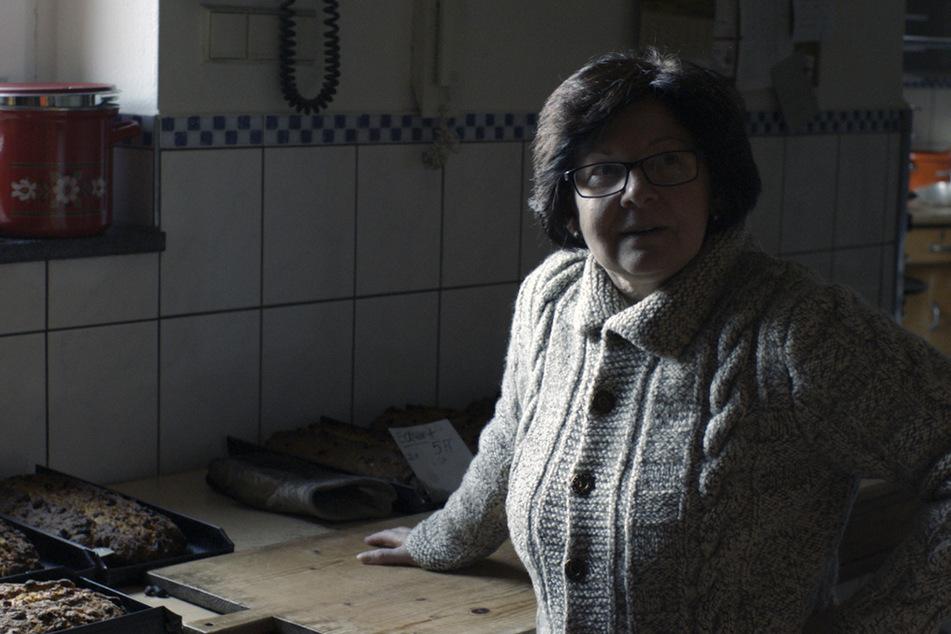 Eine Frau aus Pöhla, deren Name in der Doku nicht genannt wird, wurde mit der Kamera beim Stollenbacken begleitet.
