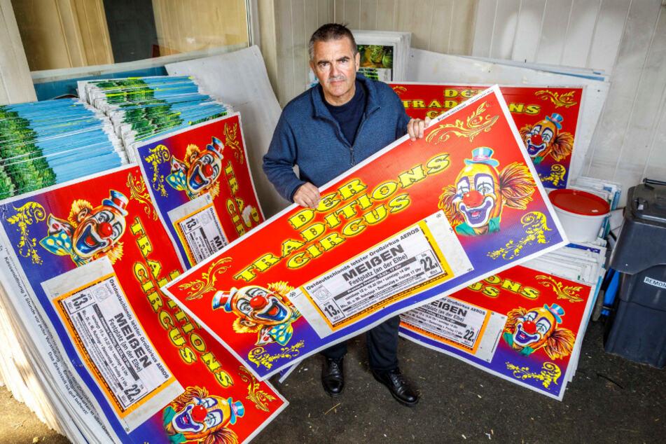 Tausende Plakate hat Zirkus-Chef Bernhard Schmidt für die Tour drucken lassen. Wenn der Zirkus wieder vor Publikum spielen darf, steht in den Sternen.