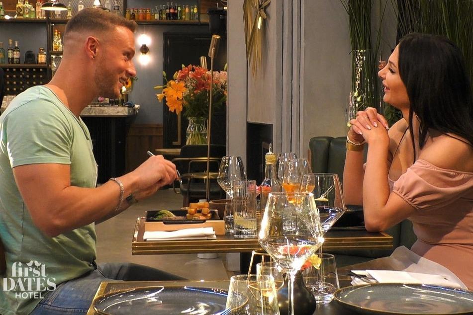"""Bei Steak und Wein """"prüft"""" Alessia ihren potenziellen Traummann."""