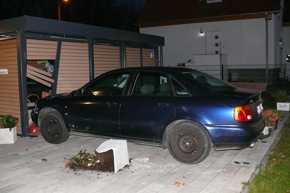 Ein Auto ohne Fahrer: Erst überrollte der Audi einen Zaun, dann krachte er in eine Garage.