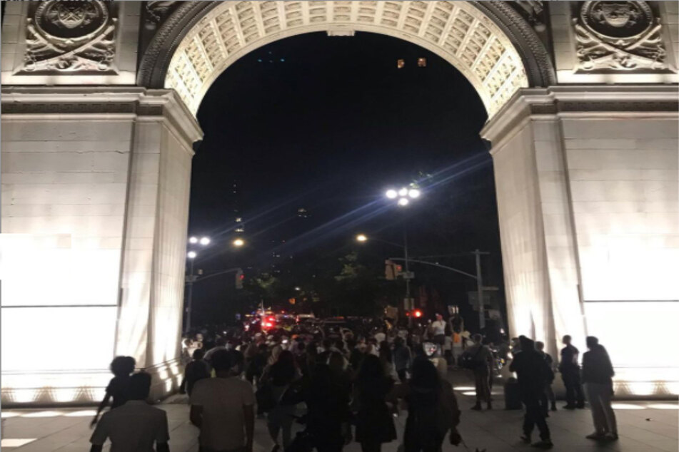Protesters documented groups gathering under the arch just before 10 PM on Saturday night.