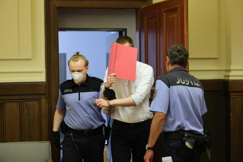 Justizbeamte führen Ekkehart J. in den Gerichtssaal. Er ist seit dem 3. Dezember in U-Haft.