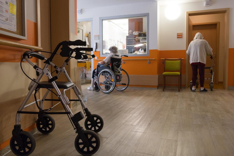 Ein Rollator steht im Flur im Gemeinschaftsbereich eines Altenheims.