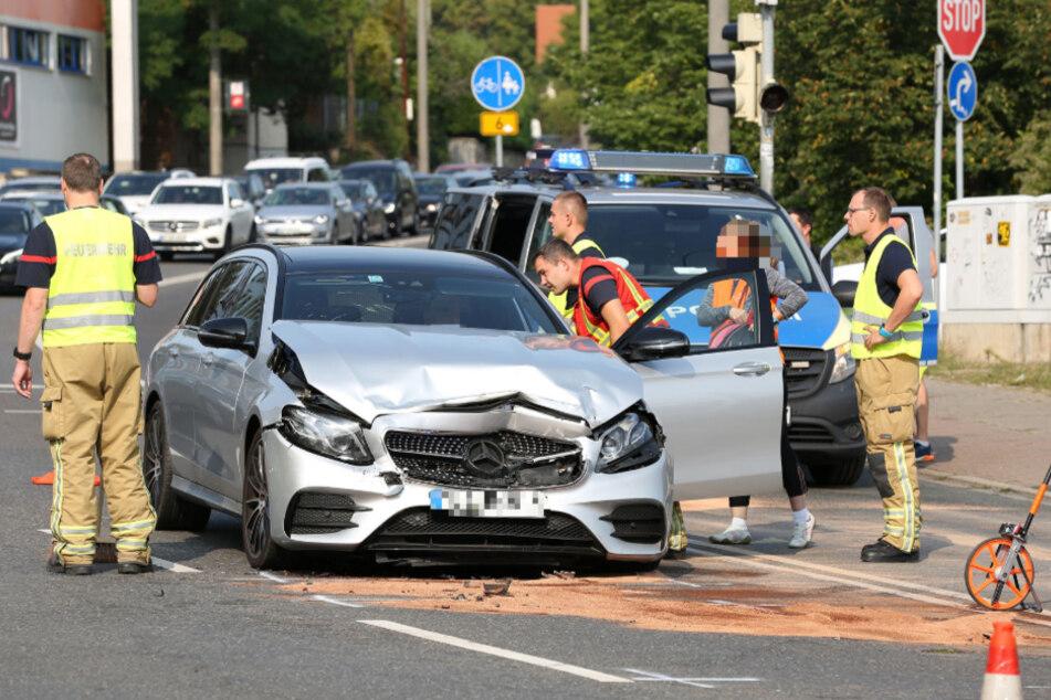 Der Mercedes-Benz musste nach dem Crash abgeschleppt werden.