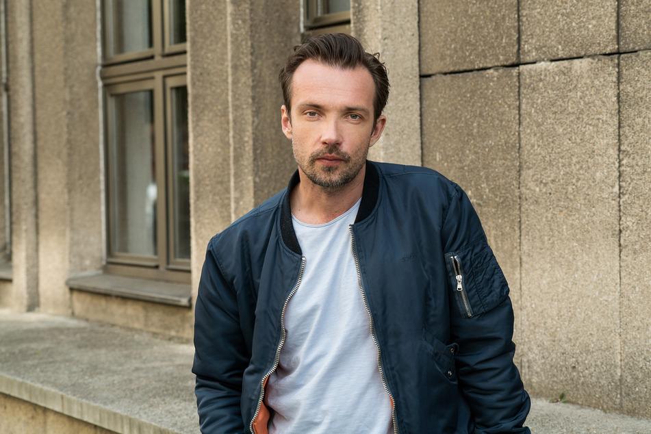 """Lucas Gregorowicz (42) ermittelt in den """"Polizeiruf 110""""-Produktionen des Rundfunk Berlin-Brandenburg (rbb) als Kriminalhauptkommissar Adam Raczek und bekommt bald männliche Unterstützung."""