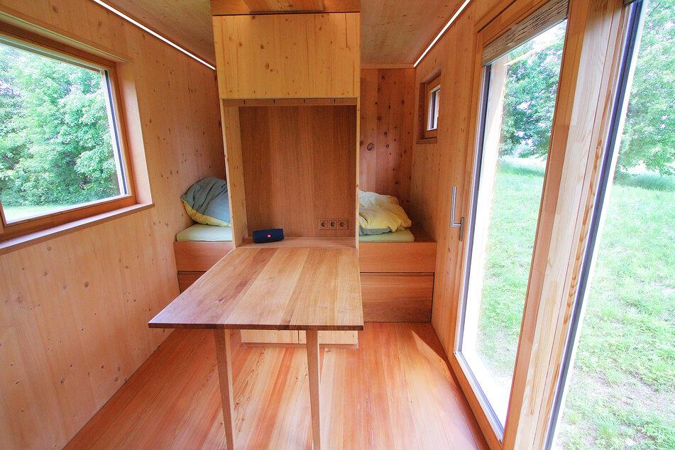 Raumwunder: Ein Bett, Essbereich, Küche - alles drin, was ein normal großes Haus sonst auch hat.