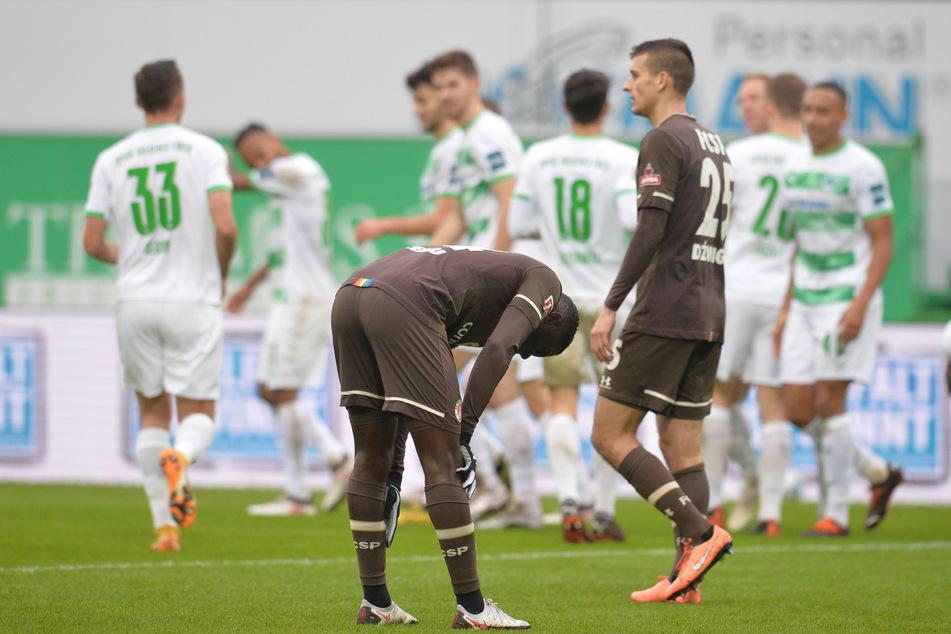 Enttäuschung bei den FC St. Pauli-Spielern (vorne) nach der 1:2-Niederlage gegen Greuther Fürth.