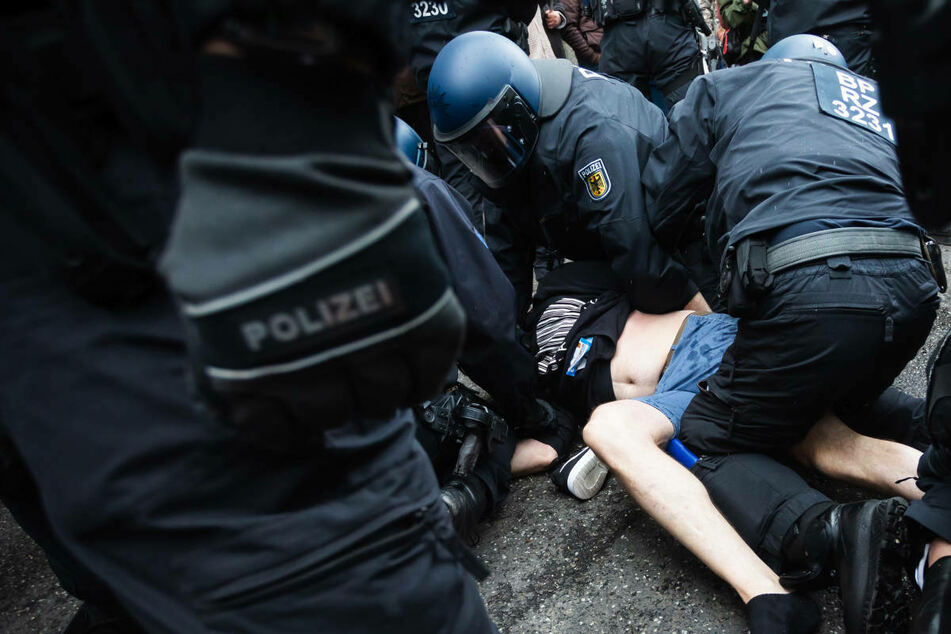 Berlin: Zwischenbilanz zu Corona-Demos in Berlin: Polizei mit rund 200 vorläufigen Festnahmen