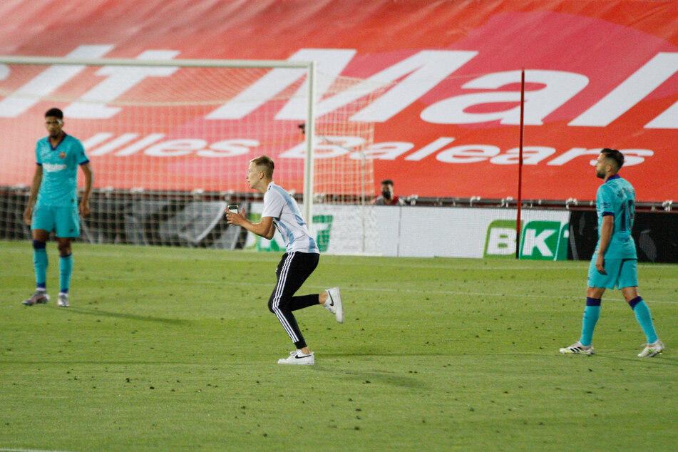 Im Trikot der argentinischen Nationalmannschaft mit Messis Rückennummer 10 stürmte er am Samstag auf das Feld und machte Schnappschüsse von den Spielern, ehe die Sicherheitskräfte zügig eingriffen.