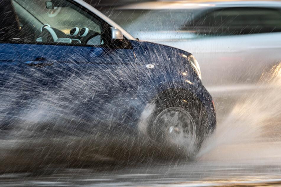 Weil er zu schnell auf nasser Fahrbahn unterwegs war, hat ein 21-Jähriger einen Unfall verursacht. (Symbolbild)