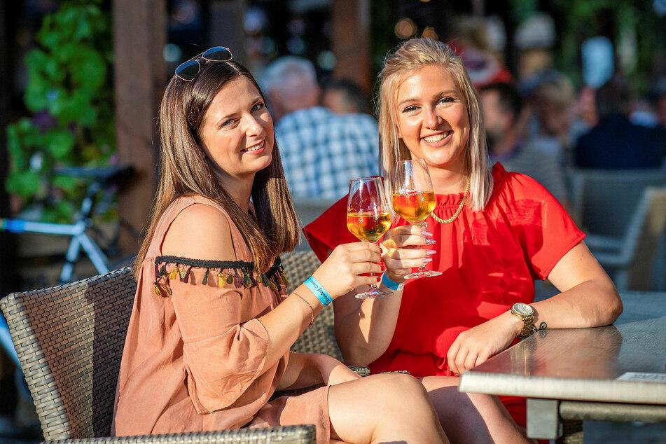 Gönnen sich Weindorf-Weißwein: Katja Schnabel (24) und Julia Gundelfinger (24, r.).
