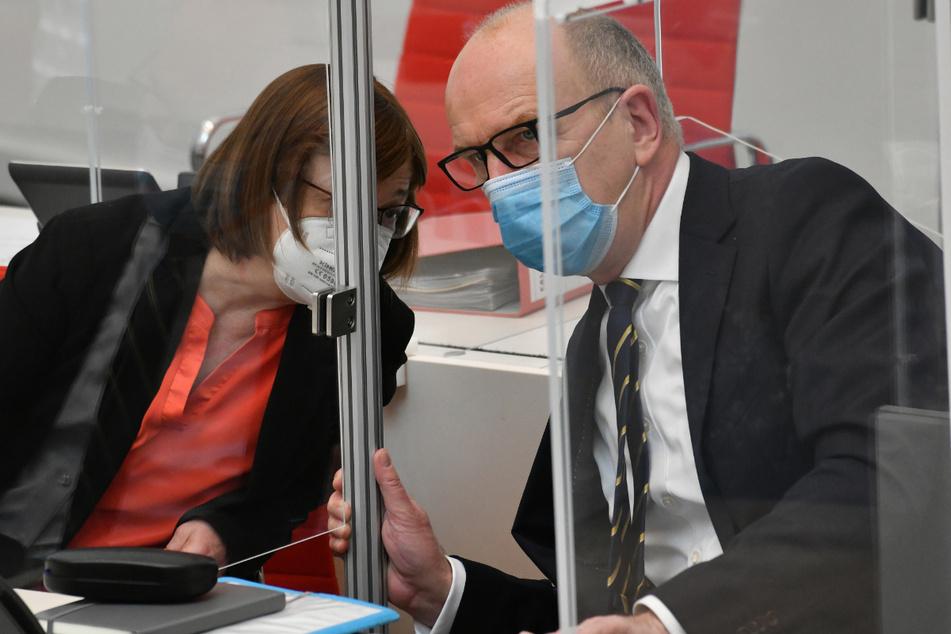 Ursula Nonnemacher (Bündnis90/Die Grünen), Ministerin für Soziales, Gesundheit, Integration und Verbraucherschutz, unterhält sich während der Landtagssitzung mit Dietmar Woidke (SPD), Ministerpräsident Brandenburg.