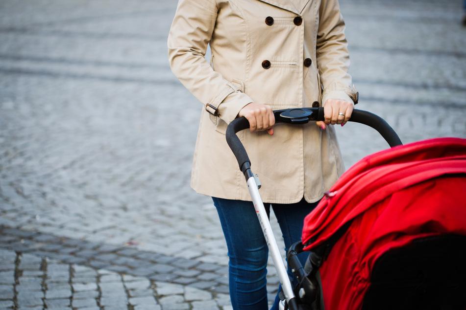 Der Kastenwagen erfasste die Frau samt Kinderwagen beim Rückwärtsfahren (Symbolbild).