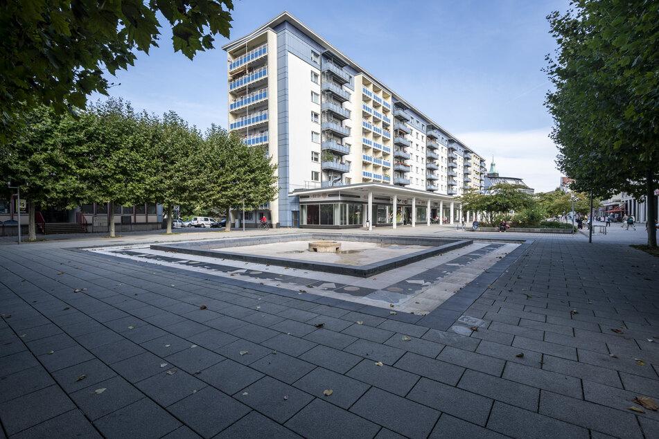 Ein Mann pinkelte am Mittwoch gegen eine Hauswand am Chemnitzer Rosenhof. Anschließend attackierte er einen Passanten.