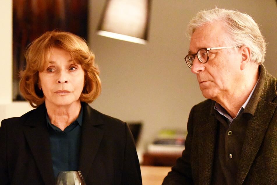 """Ihre """"Krimi-Paraderolle"""" ist """"Unter Verdacht"""": Dr. Eva Maria Prohacek (Senta Berger, 79) mit Gerd Anthoff (74)."""