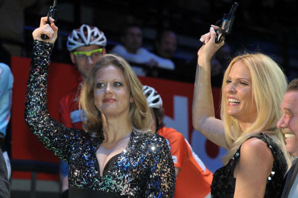 Barbara Schöneberger (l.) und Sonya Kraus (r.) geben im Januar 2010 am Donnerstag den Startschuss zum 46. Bremer Sechstagerennen im AWD-Dome von Bremen: Auch hier die beiden jede Menge Spaß.