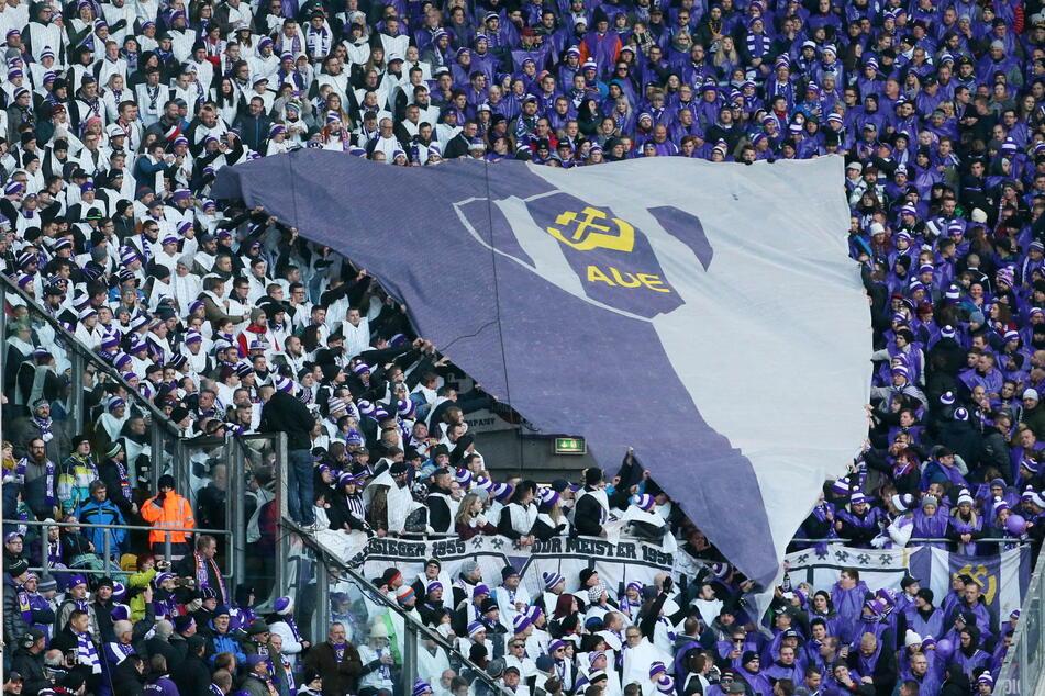 Die Aue-Fans können auf Schalke ihren Wimpel ausziehen. 1000 können zum zweiten Auswärtsspiel mit nach Gelsenkirchen.