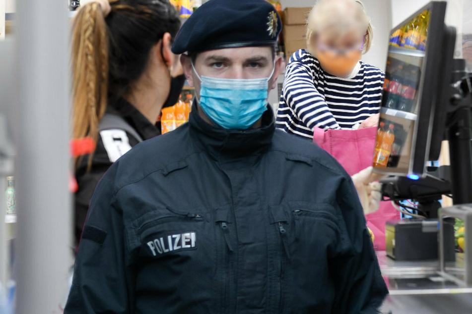 Polizei bringt bockigen Masken-Muffel aus Supermarkt: Aussage der Frau ist bizarr