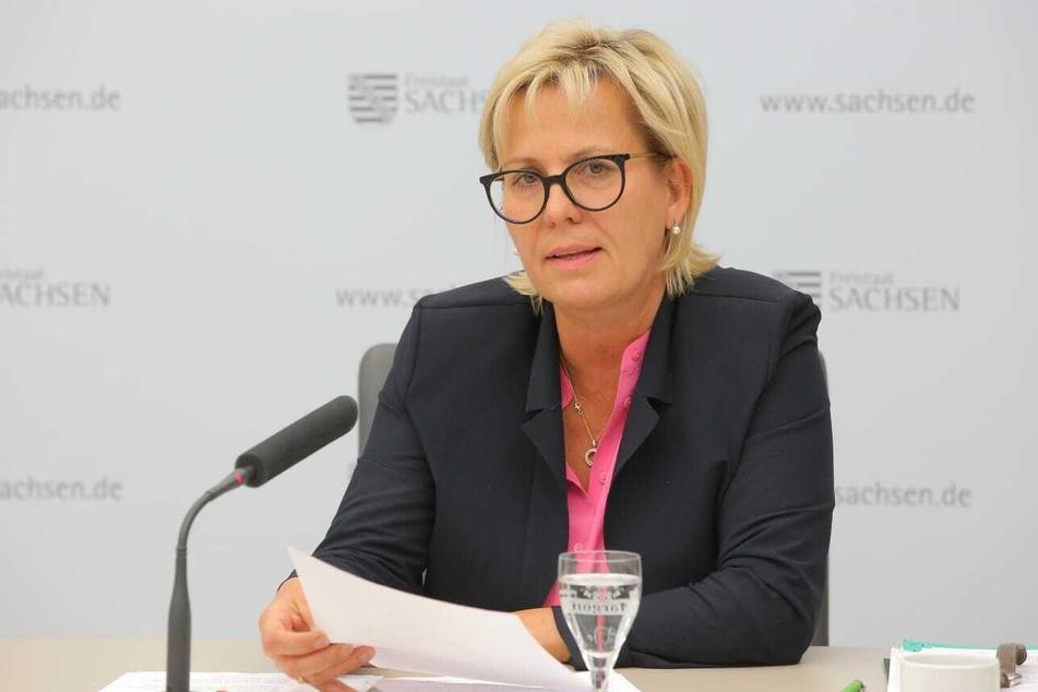 Barbara Klepsch (54, CDU), Kultur- und Tourismusministerin von Sachsen, packt die Brieftasche aus.