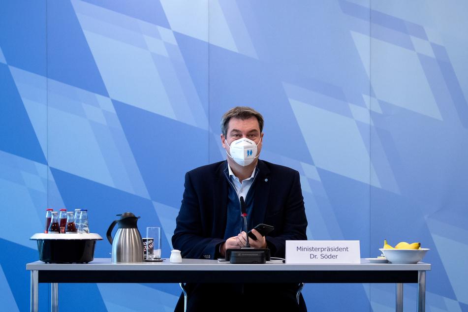 Markus Söder (CSU), Ministerpräsident von Bayern, sitzt vor Beginn einer Kabinettssitzung im Videoraum in der Staatskanzlei.