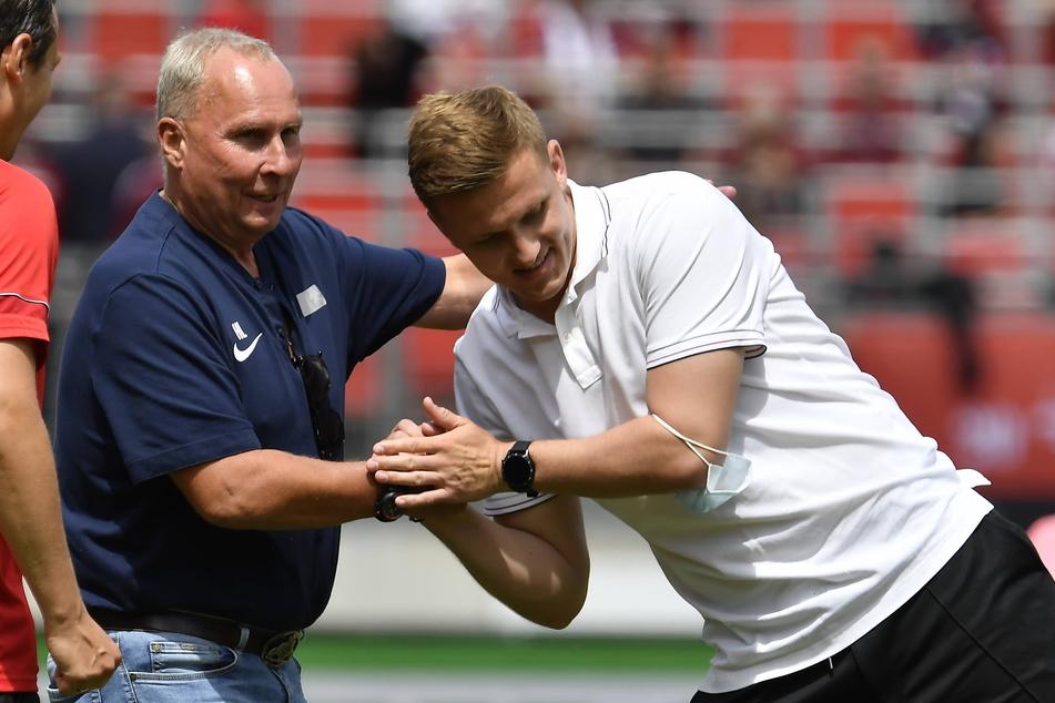 Von FCE-Boss Helge Leonhardt (62, l.) gab's für Trainer Aleksey Shpilevski (33) einen Schulterklopfer und einen festen Händedruck.