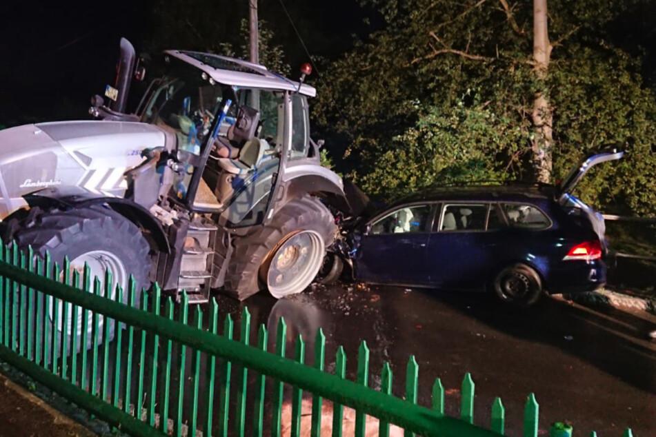 Schwerer Crash: VW kracht mit Traktor zusammen