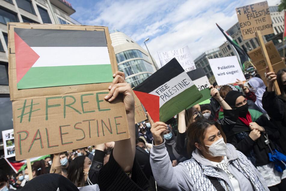 Mit Flaggen von Palästina in der Hand demonstrieren hunderte Menschen auf der Hauptwache in Frankfurt.