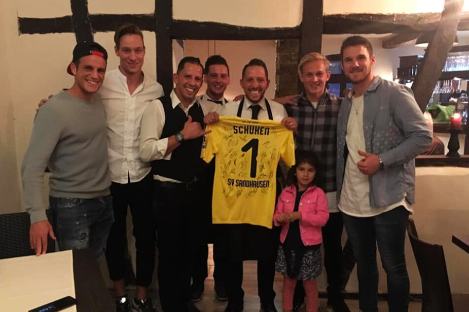 Tim Knipping (28, 2.v.l.) kurz nach der Eröffnung zusammen mit einigen Spielern des SV Sandhausen in seinem italienischen Restaurant in Heidelberg.