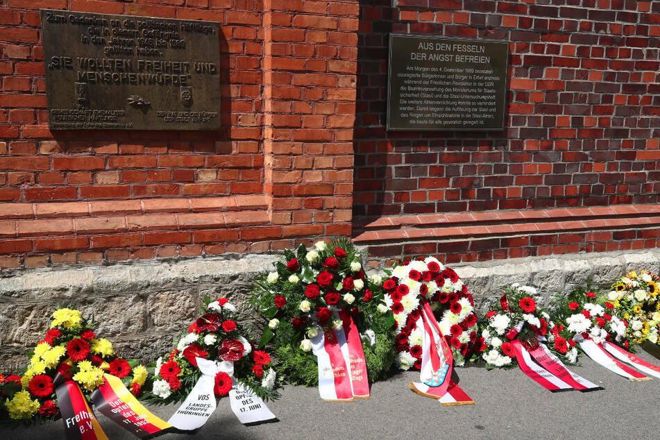 Bei einer Gedenkfeier für die Opfer des SED-Unrechts liegen Kränze an der Gedenkstätte in der Erfurter Andreasstraße. Die frühere DDR-Oppositionelle Evelyn Zupke (59) soll künftig Bundesbeauftragte für die Opfer der SED-Diktatur werden.