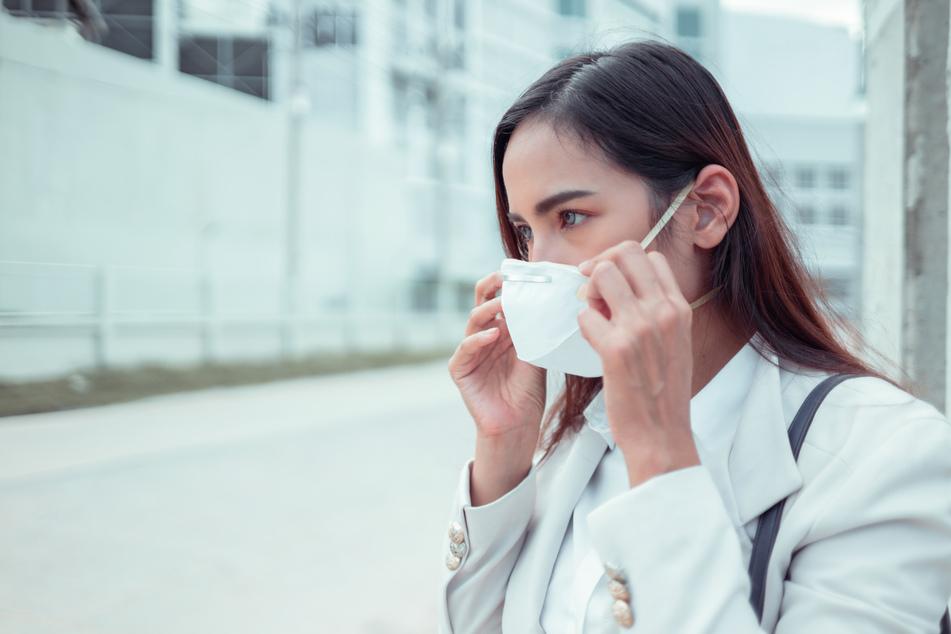 Fünf einfache Tipps: Das könnt Ihr gegen Atemschutzmasken-Akne tun