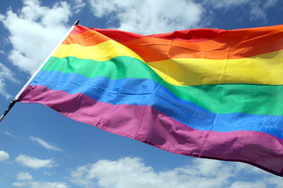 Die Regenbogenflagge gilt als Zeichen der Toleranz und Akzeptanz und ist damit zum Symbol der LGBTQ-Bewegung (Lesben, Schwulen, Bisexuelle, Transgender und queere Personen) geworden.