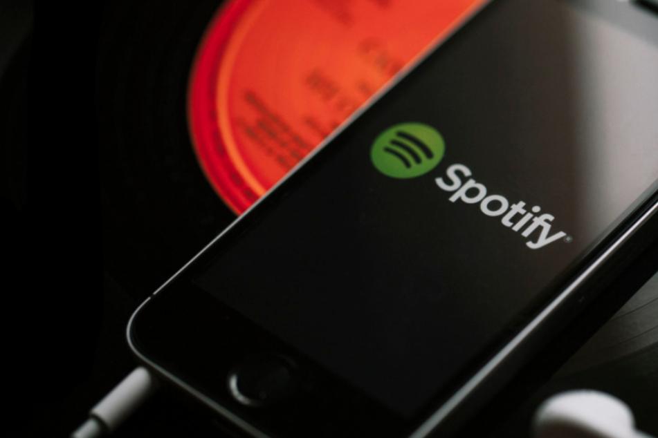 Spotify steht schon seit längerer Zeit in der Kritik, nichts gegen rechtsextreme Inhalte zu unternehmen.