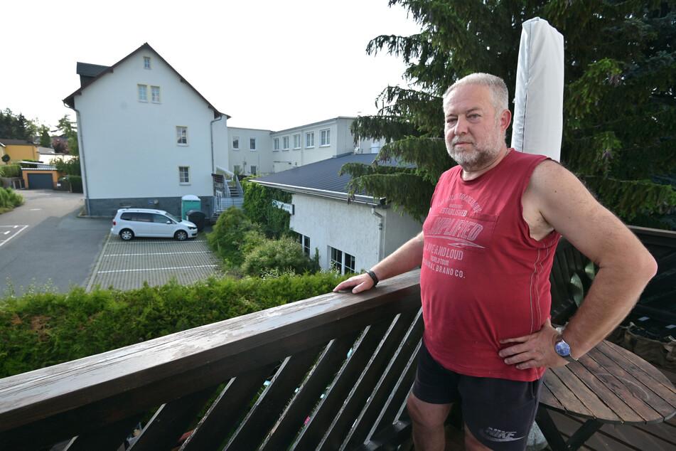 Karl-Heinz-Thiele (61) wehrt sich gegen ein Wohnprojekt hinter seinem Gartenzaun in Grüna.