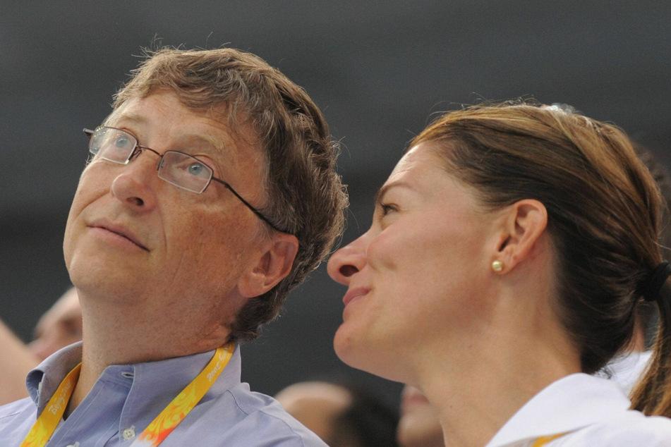 Bill Gates (65, l.), Gründer von Microsoft, und seine Frau Melinda (56, r.) besuchen einen Schwimmwettkampf während der Olympischen Sommerspiele 2008 im National Aquatics Center.