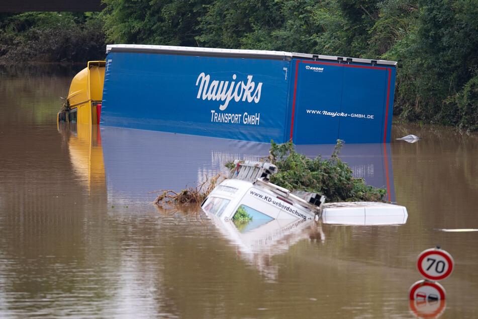 Lastwagen und ganze Autos verschwanden in den Wassermassen auf der Bundesstraße 265 bei Erftstadt.