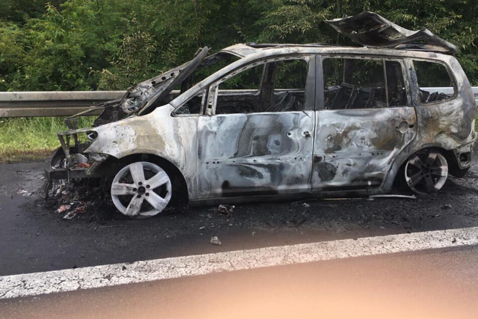 Auto von 6-köpfiger Familie geht auf Autobahn plötzlich in Flammen auf