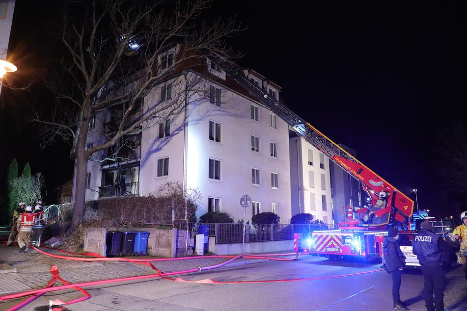 Die Bewohner aus dem Dachgeschoss mussten von den Einsatzkräften aus dem Haus geholt werden.