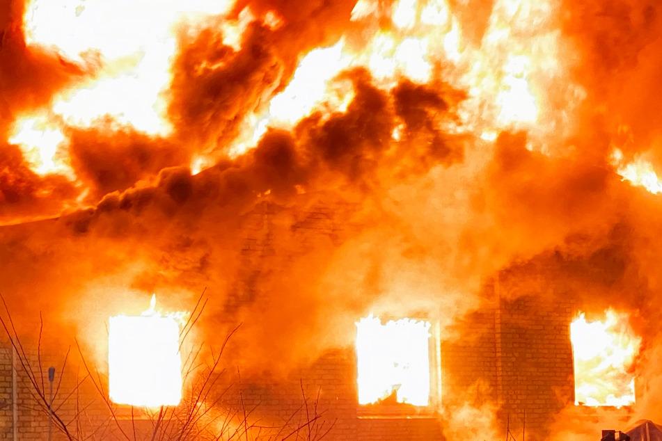 Flammen vernichten Bootshalle: Warnung für Anwohner