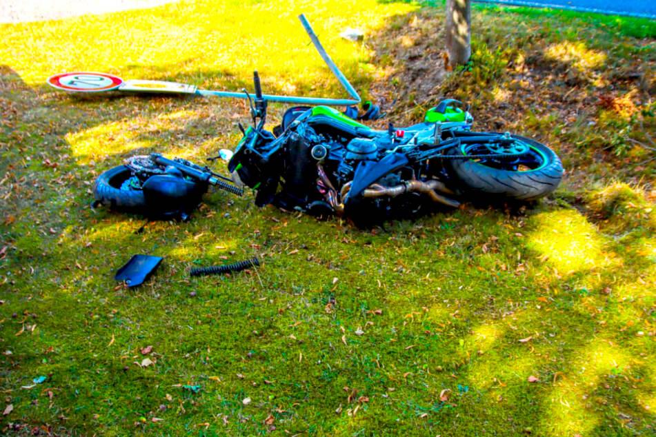 Motorrad kommt von Straße ab und wird in zwei Teile gerissen