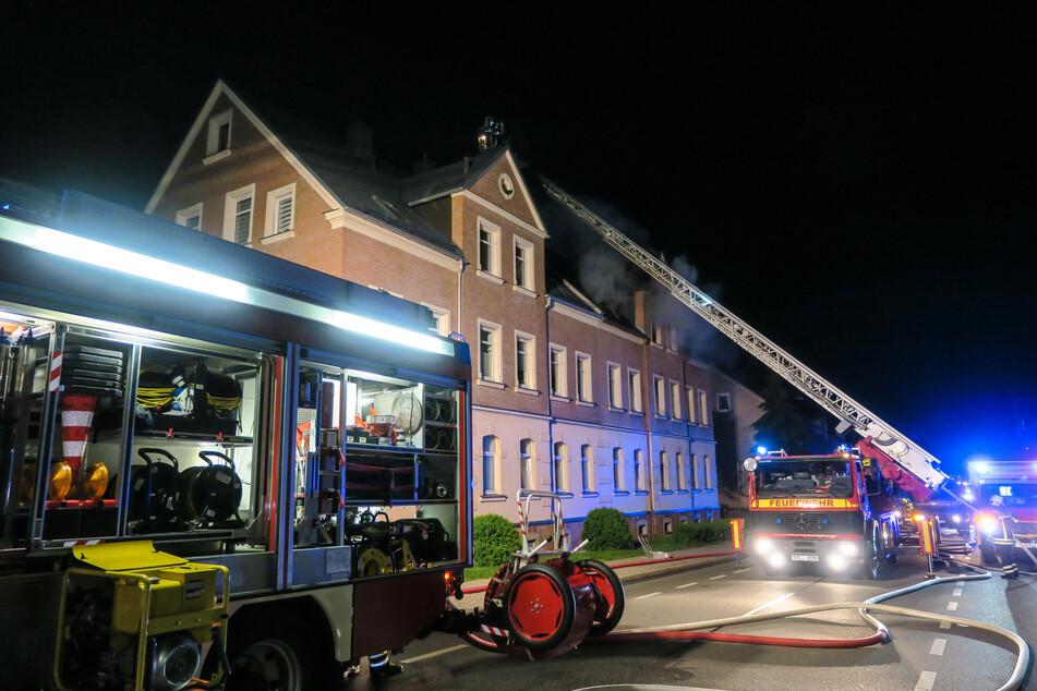 Die Feuerwehren im Erzgebirge mussten mitten in der Nacht zu einem Brand in Lugau ausrücken. Während des Löscheinsatzes war die Flockenstraße voll gesperrt.
