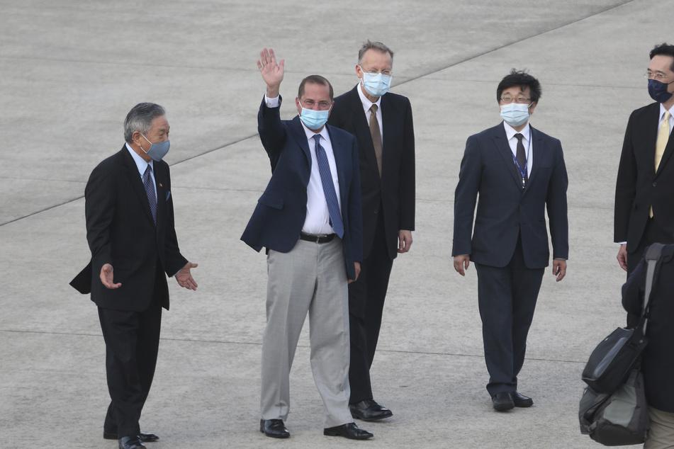 US-Gesundheitsminister Alex Azar (2.v.l) winkt Journalisten bei seiner Ankunft am Taipei Songshan Airport zu.