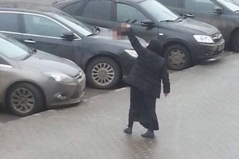 Frau läuft mit abgetrenntem Kinderkopf durch die Stadt