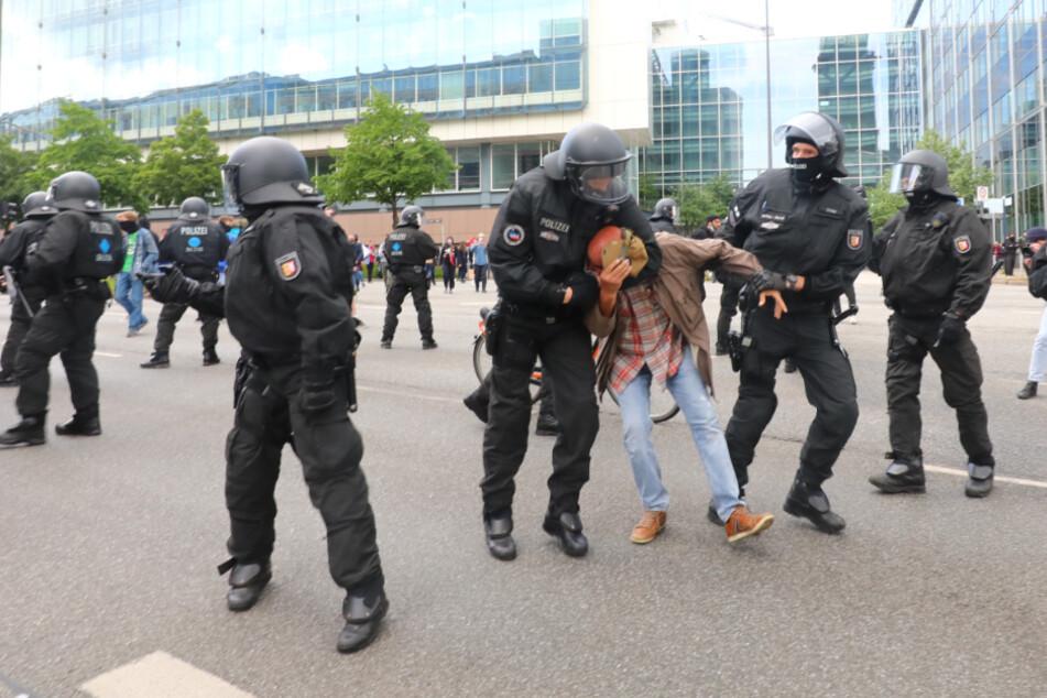 Polizei geht mit Wasserwerfern gegen Demonstranten vor