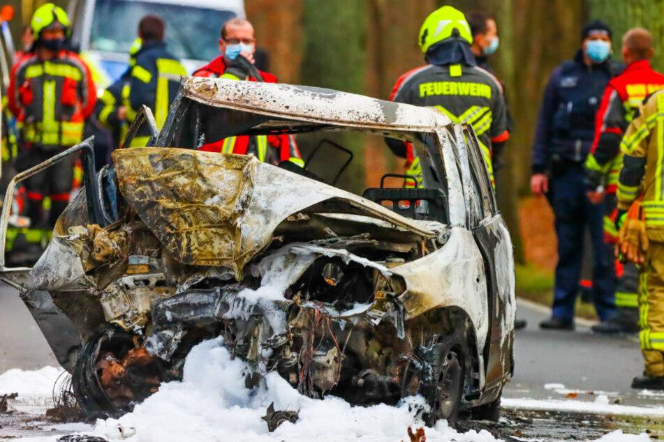Tödlicher Unfall: Fahrer prallt gegen Baum und verbrennt in Auto